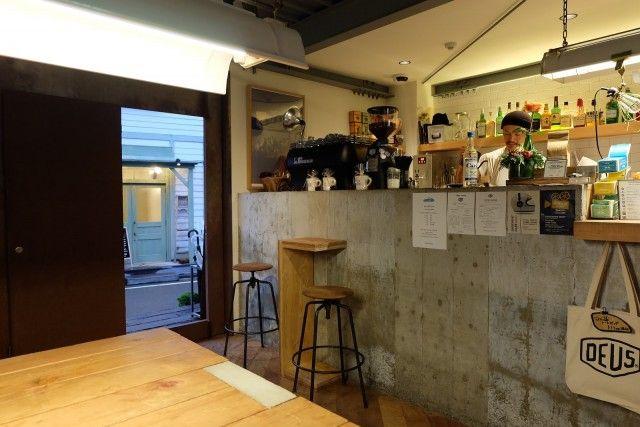 Deus Ex Machina ,бариста является хорошо известным Токио Latte Art Champion Yoshida Yoshiteru- немного вдали от шумных главных улиц, является многопрофильным - эспрессо бар / магазин одежды / мотоцикл