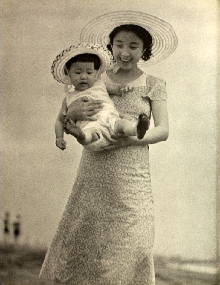Fukuda Katsuji 福田 勝治 (1899-1991). Baby and smiling Mother from Watashi no shashin-shuu 私の写真集 (My photo collection) book - ARS - Japan - 1938