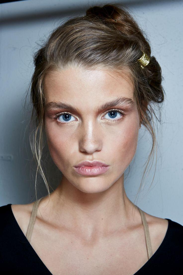 Auch der Nude-Look kommt immer wieder und feiert in diesem Herbst seine Hochsaison. Das Make-up, das aussieht als wäre man ungeschminkt, bedarf trotzdem einigen Aufwands. Für den perfekten Nude-Look sollte man das Gesicht mit einer Foundation grundieren, alle Hautunreinheiten und Rötungen mit einem Concealer abdecken und das ganze mit einem losen Puder fixieren. Anschließend kann eine (dünne!) Schicht Mascara aufgetragen werden, ein leichter Lippenstift in einem Hautton und etwas Rouge.