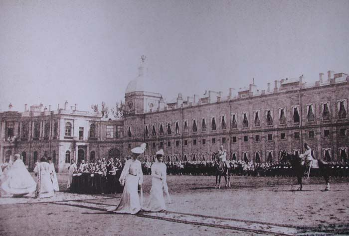 Empress Alexandra with Dowager Empress Marie in front of the Gatchina PalaceRoyal Families, Romanov Families, Families Romanov, Dowager Empress, Family Romanov, Imperial Russia, Empress Mary, Empress Alexandra, Gatchina Palaces