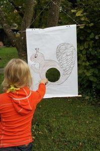 Eichhörnchen füttern, auch dieses Spiel gehört zur Indianer Schnitzeljagd beim Kindergeburtstag.  Foto (c) Kinderoutdoor.de