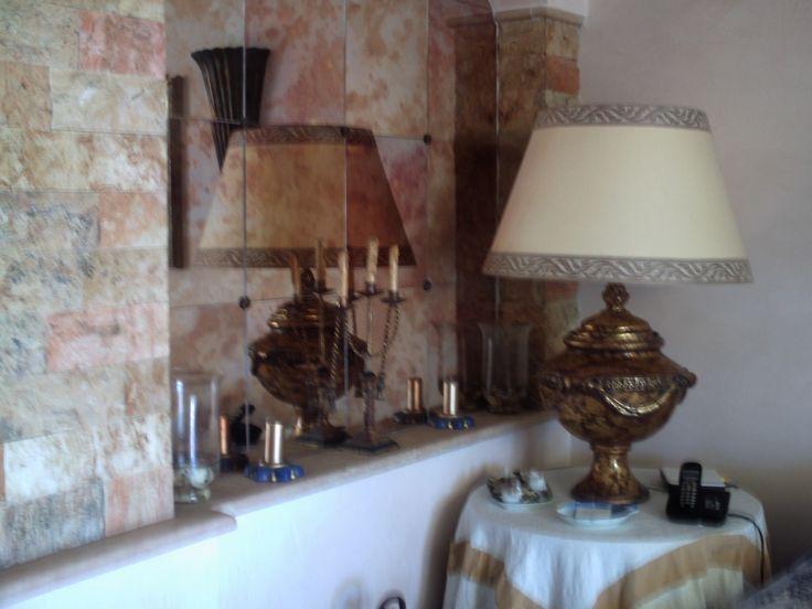 In sala: questi quadrotti di specchio anticato regalano un'atmosfera particolare vicino ai vasi gemelli, trovati sempre dal rigattiere a Vernante e trasformate in lampade.