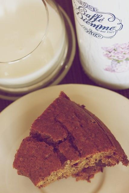 Ciasto bananowo-czekoladowe i szklanka mleka. Na wzmocnienie po zimowym spacerze.