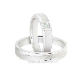 Cincin Kawin Cebagami merupakan Cincin Kawin berbahan perak, dengan model simple, cincin wanita dihiasi dengan sebuah batu dalam cekungan dan pada cincin pria dihiasi dengan garis miring. Finishing akhir kombinasi gilap dan doff amplas dilapis dengan emas putih (rhodium). Cocok untuk Cincin Kawin, cincin nikah, cincin tunangan maupun hadiah/kado cincin.  Detail : http://dodolperak.com/?p=730