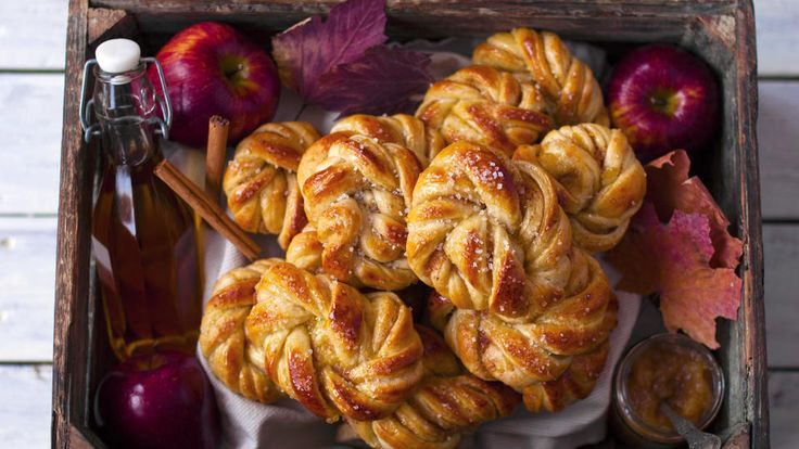 Disse saftige kanelsnurrene har frisk smak av eple både fra eplejuicen i deigen og eplemosen i fyllet. Snurrene er fantastisk gode oghar vært en favoritt helt siden jegfant oppskriften hos Mitt Kök.        Dersom du lager eplemosen selv er det lurt å begynne å lage den en times tid før du begynner å lage snurrene. Da kan eplemosen avkjøles mens deigen hever.
