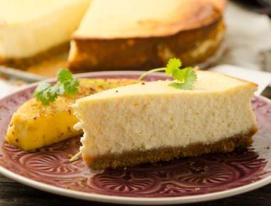 Kokosnuss-Cheesecake mit gebratener Ananas und Koriander