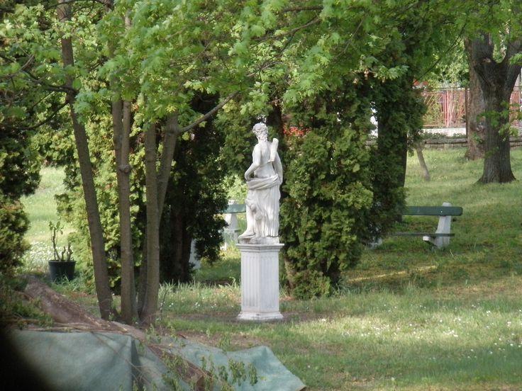 Arany János utcai Idősek Otthona és Klubja kertjében lévő szobor. Női alak