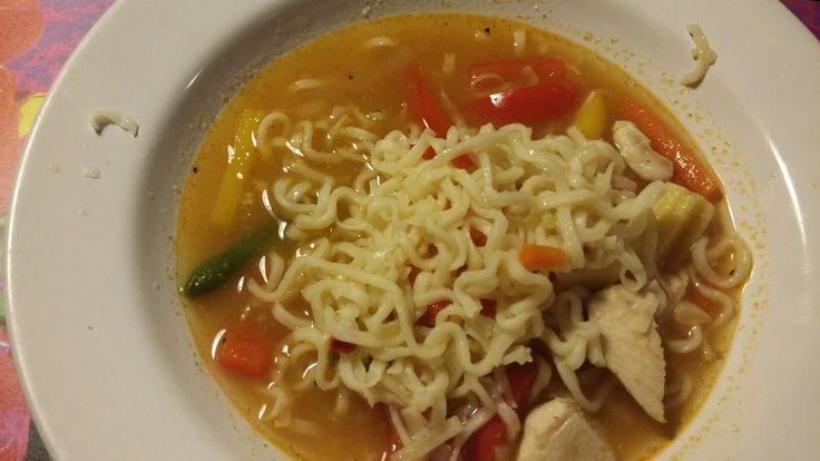 God soppa med nudlar. I vattnet häller du i flytande kycklingfond, chillikrydda, diverse grönsaker, lökkrydda, vitlökskrydda. I med stekt kyckling i delar.