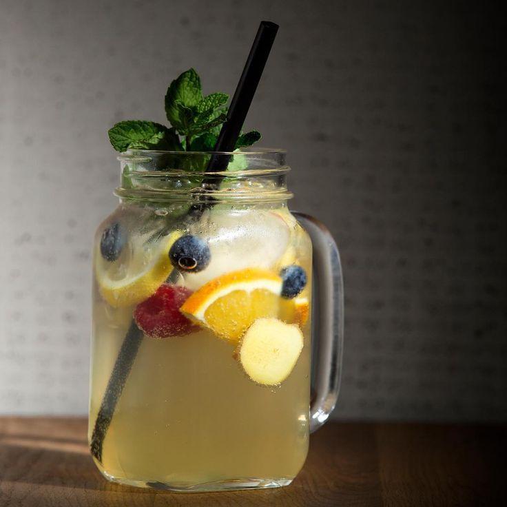 Unsere Hauslimonade ⠀⠀  .⠀⠀  #zitrone #ingwer #healthy #durstlöscher #strawberry #summer #lemonade #tasty #ginger #drink #baros #marktredwitz #limo #strawberry #lemon #homemade #ginger #cucumber #strawberry #handmade #homemade #limonade #fresh #healthy #instalike #fruit #fresh