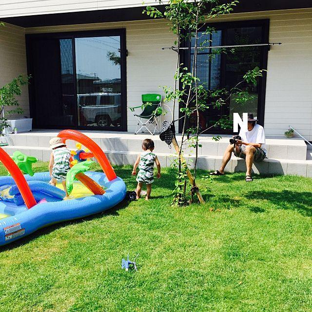 女性で、4LDKの庭/ラップサイディング/タイルデッキ/新築/芝/芝庭…などについてのインテリア実例を紹介。「プール開き」(この写真は 2016-06-19 00:15:40 に共有されました)