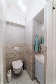 Na WC designérka navrhla zásah do nosné konstrukce: proboural se otvor 40 x 200 cm o hloubce 30 cm. Díky tomu vznikl prostor pro umývátko a podumyvadlovou skříňku