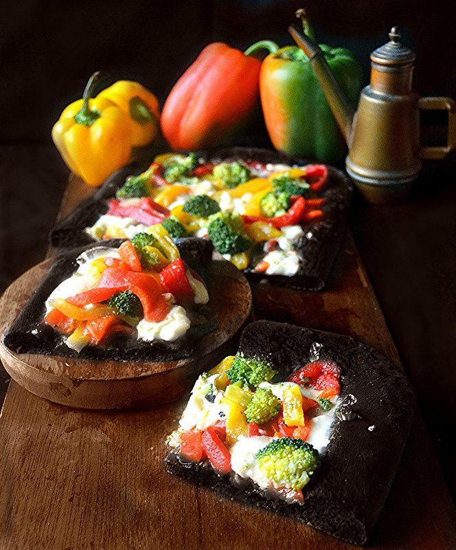 Dolci a go go: Pizza nera al carbone vegetale con peperoni e broccoli