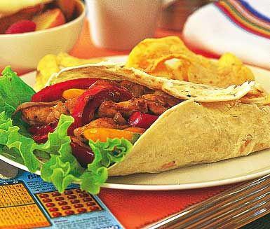 Smakrika och rejäla kycklingfajitas. Robusta tortillabröd rullas ihop med kyckling, delikat mango chutney och smakrika blandade grönsaker. Aptitlig och ofantligt god street food.
