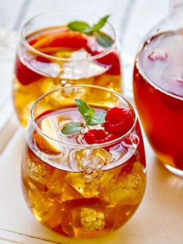 Ezt a nagy hőséget már csak így lehet bírni. Jéghideg italokkal és sok-sok fagyival. Nálunk a hétvége kedvence egyértelműen ez a jeges teás sangria!