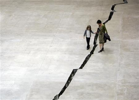 The Doris Salcedo exhibition in 2007 at the Tate