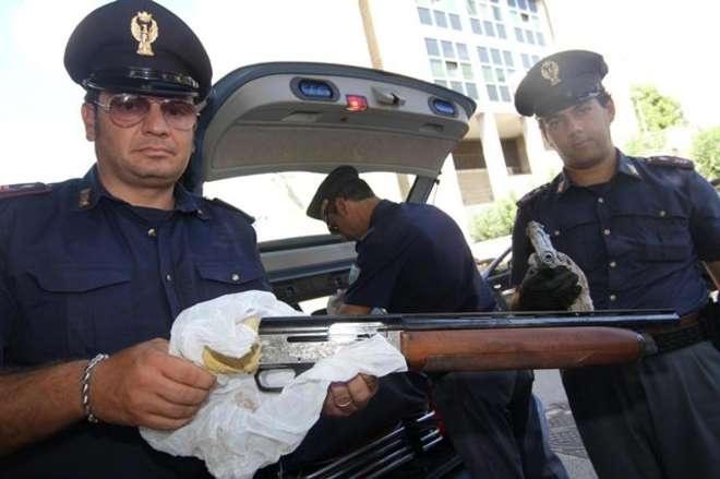 Blitz polizia a Scampia: trovate armi  e un apparecchio per non farsi intercettare - Leggi qui: http://www.ilmattino.it/napoli/citta/blitz_polizia_a_scampia_trovate_armi_e_un_apparecchio_per_non_farsi_intercettare/notizie/219773.shtml