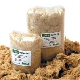 Heilwolle Lotties Heilwolle, genezende wol, wordt gebruikt bij herstel van beschadigde huid, zoals babybilletjes en beschadigde tepels. Deze Heilwolle is van biologische wol en door de minimale bewerking nog vol van goede wolvetten, dit helpt de huid droog te houden en heeft een verzorgende werking.  Door een plukje wol in de luier (of onder de BH) te doen op de beschadigde plek zal de luier niet tegen de billetjes plakken en zal er altijd een laagje lucht tussen zitten.  Dit versnelt het he