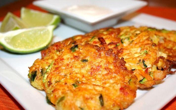 Galettes de courgettes sans farine low carb, riches en fibres à manger en wraps ou en sandwiches ou bien accompagnée d'une sauce fromagère.