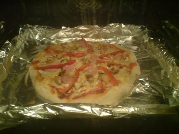 Ciasto na pizzę, jak w pizzerii oraz 2 sosy!!! Pomidorowy i czosnkowy.: Oryginalny przepis na pizzę!!!  ...