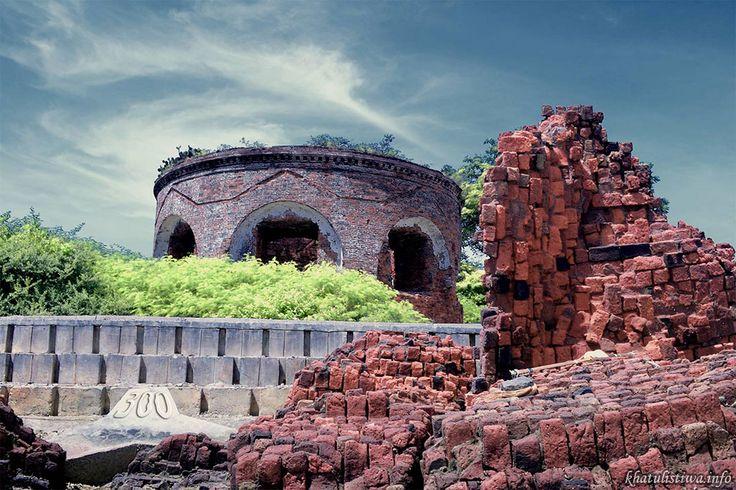 Benteng Martello di Pulau Kelor. Pulau ini terbilang kecil, karena ukurannya yang kecil itu konon orang mengibaratkannya sebesar daun kelor, lalu ia dikenal sebagai pulau Kelor,dan bentuk pulau ini jika dilihat dari atas memang seperti bentuk daun, tetapi orang belanda mengenalnya sebagai pulau Kherkof, entah apa artinya. Di sisi pulau yang agak lebar, disitulah benteng Martello berdiri, sementara disisi pulau yang lain, yang agak sempit hanya tanah datar dan pasir putih serta ditumbuhi…