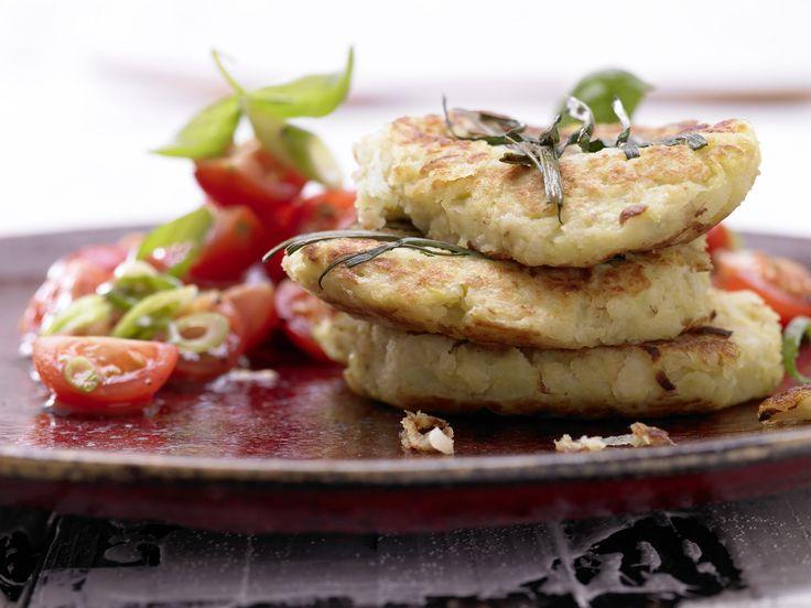 Kartoffel-Kohlrabi-Puffer - mit Tomatensalat - smarter - Kalorien: 239 Kcal - Zeit: 45 Min. | eatsmarter.de #eatsmarter #rezept #rezepte #hafer #haferflocken #getreide #sattmacher #schlankmacher #gesund #eisenreich #eisen #fruehstueck #kartoffel #kohlrabi #puffer #kartoffelpuffer #reibekuchen #tomatensalat #salat #tomate