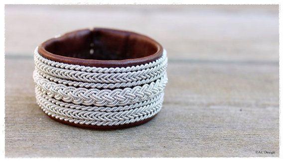 Bracciale di Sami made in Svezia, pelle di renna genuino, bracciale largo lappone con pulsanti unici fatti di corna di renna, di filo di peltro trecce.
