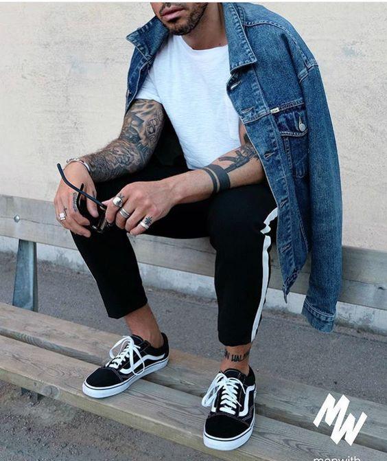 Skatewear. Macho Moda - Blog de Moda Masculina: SkateWear: 5 Itens que estão em alta pro Visual Masculino. Moda Masculina, Roupa de Homem, Roupa de Skate Masculina, Roupa de Skate para Homens, Moda para Homens, jaqueta Jeans, Camiseta Lisa Branca, Track pant, Calça Esportiva, Vans Old Skool, Sockless, Meia Invisível