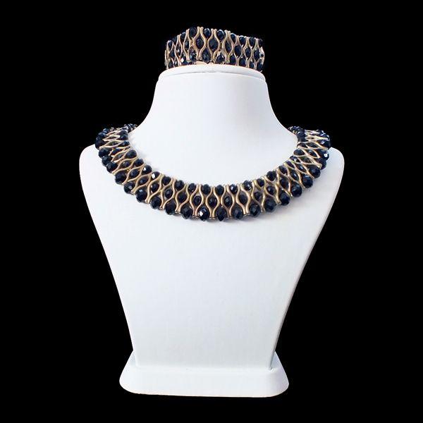 Siyah Orkide. Sizce nasıl? Yorum ve beğenilerinizi bekliyoruz. #ruyagibi #kristalboncuk #elyapimi #pazartesi #monday #tasarim #taki #boncuk #hediye #supriz #bileklik #moda #tarz #stil #sonbahar #trendy #accessories #takim
