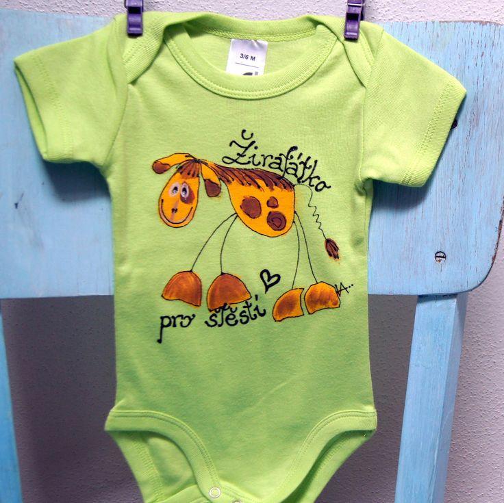 Malované body s žirafátkem pro štěstí 3-6měsíců - nové bavlněné body francouzské značky - 100% bavlna - barva zelená, klasické tři patentky mezi nožkama,překlad na ramínkách - ručně malované - motiv žirafky, signováno, nápis - ihned dostupné - vel. 3-6 měsíců - krásný a luxusní dárek pro narozené miminko. Na přání dopíši i jméno nebo Váš osobní vzkaz! ...