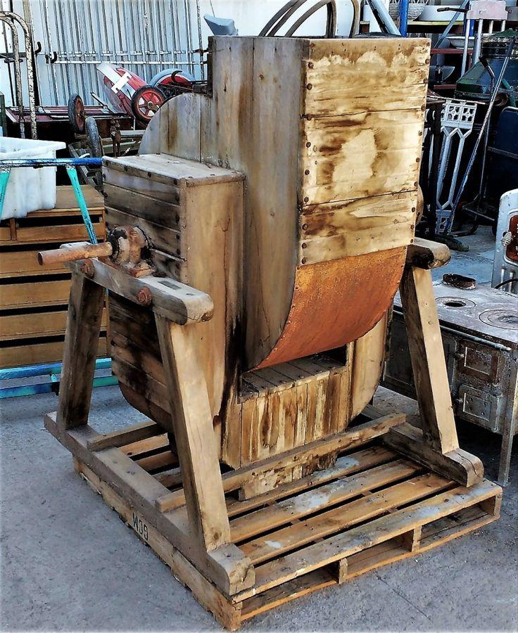Máquina Industrial Antigua  ◄►  Antigua máquina industrial de madera prodecente de una vieja fábrica de azulejos. El interior tiene un eje con palas y su función podría haber sido aspirar el aire de debajo como un extractor. ◄►  Ref: R0709  ◄►  Realizamos envíos  ◄►  Comparte en tu red social   ◄►  P.V.P 290€