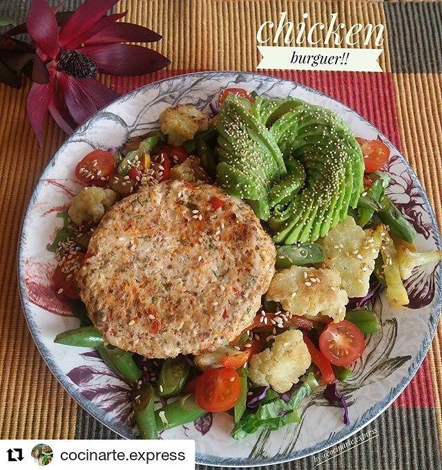 Una hamburguesa de pollo casera siempre es buena opción para un almuerzo rico y saludable,  y prepárala con nuestros SAZONADORES sin sodio y las recetas de @cocinarte.express 👌😉#Repost @cocinarte.express (@get_repost) ・・・ Hamburguesa #superfit de pollo🍃🍗 La acompañe de vegetales salteados(coliflor,pimenton, cebolla, habichuela y zucchini amarillo) con especias de @tomacol sobre una cama de lechuga romana y repollo morado y 1/4 de aguacate con semillas de amaranto👌la hamburguesa quedo…