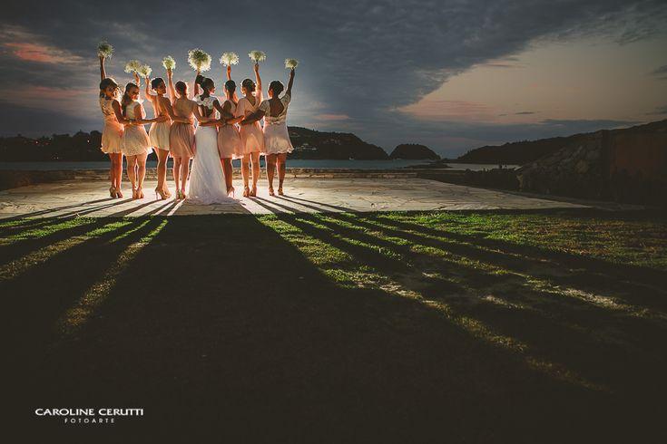 O dia mais feliz de um norueguês e uma brasileira que se apaixonaram à primeira vista e tiveram um casamento rústico na praia, com muito verde e amor!