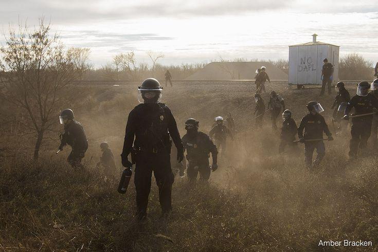 Standing Rock La polizia si prepara ad allontanare i manifestanti da una strada secondaria fuori dal Dakota Access Pipeline, utilizzando proiettili di gomma, spray al peperoncino e pistole elettriche. In altri scontri hanno impiegato veicoli militari, cannoni ad acqua, gas lacrimogeni, e sono stati accusati di aver usato granate a percussione. La serie è stata scattata durante le proteste dei Sioux