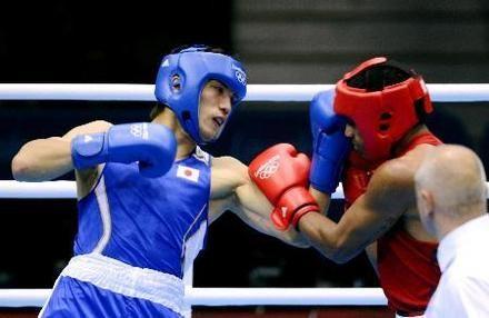 おめでとうございます  男子ミドル級決勝 ブラジルのファルカン(右)を攻める村田諒太=エクセル(共同)