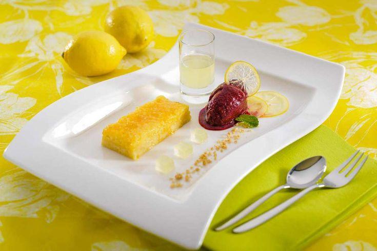 Zitronen-Tarte mit Cassis-Sorbet. Koch: René Ludwig, CHEFS CULINAR