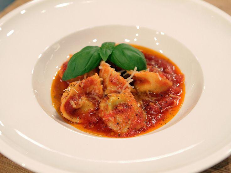 Tortellini med ricotta och basilika i tomatsås   Recept från Köket.se