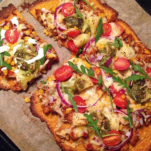 Gjett om vi kosa oss i går!  Søtpotetpizza er så utrolig digg!  Har du ikke prøvd det enda anbefales det på det sterkeste!  Ca oppskrift på bunnen er: To middels søtpotet (kjøres i mikroen til de er møre, og moses til stappe med stavmikser), ca 200 g havremel (kan lages selv av havregryn i en blender), to egg, og valgfritt krydder blandes sammen og bres ut på en stekeplate (Bunnen bør forstekes for at den ikke skal bli blaut) Fyll på med den toppingen du liker, stek og nyt!