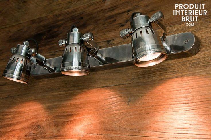 Tripla Lampada da parete Bistrò. Questa lampada da parete è la summa del design retrò, con la sua bella finitura in argento e il suo paralume traforato.
