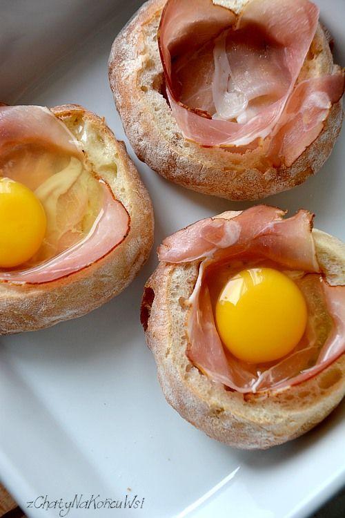 Jajko zapiekane w bułce. Drugie życie pieczywa. Jak zrobić jajko w bułce. Co na śniadanie w weekend.