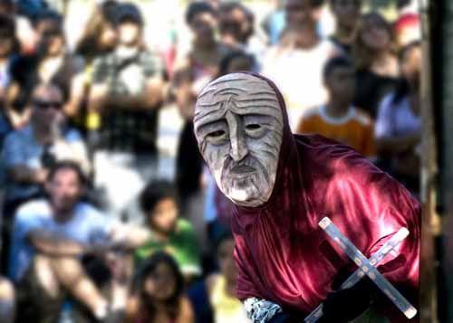 Até o dia 17 de julho, um mosaico composto de espetáculos cênicos, oficinas de qualificação de atores e de formação de platéia, concebidas por companhias e de Minas Gerais, circulam por cidades do Paraná e Rio Grande do Sul, durante o Festival de Teatro Brasileiro (FTB).