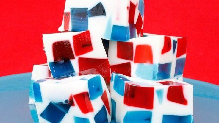 A mi familia les encanta los cuadraditos de gelatina de mosaico que suelo hacer para el 4 de julio. Todos quieren un pedacito de este postre colorido porque le da un toquecito más festivo a cualquier mesa de esta celebración. Con este postre no estarás obsesionada solo por sus bellos colores sino hipnotizada por el lujoso caleidoscopio de sabores que se crea en cada cuadradito. Te sorprenderá la combinación dulce de la gelatina de cerezas y frambuesas azules con la de coco. Los niños pueden…