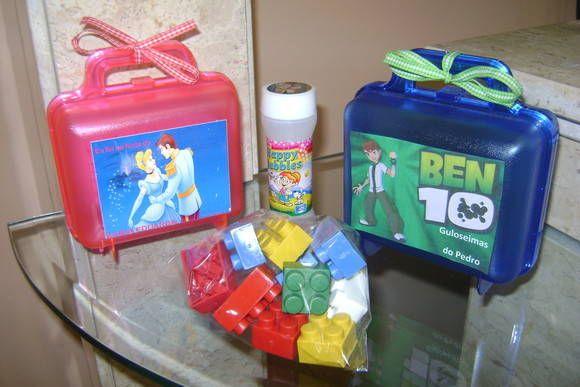 Linda maletinha personalizada com brinquedos.  As crianças vão adorar!  ACOMPANHA BOLINHA DE SABÃO E O JOGUINHO LEGO.  Posso fazer a maletinha de qualquer cor e quarquer TEMA.  Vai embrulhado no celofane, laço e tag personalizado. R$ 8,00