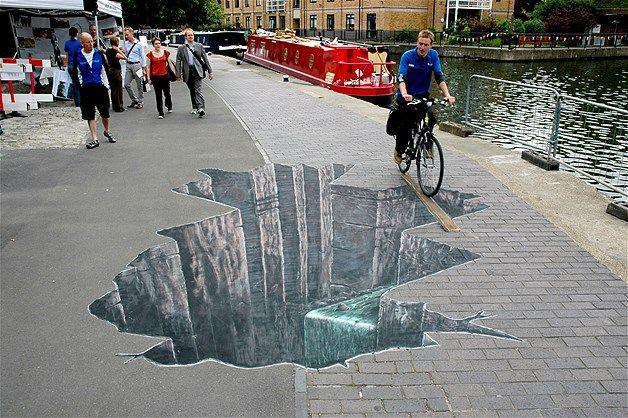 Arte em calçadas não é novidade, mas esta fará você parar para admirar. Como os artistas conseguiram esse efeito 3D? É tudo questão de perspectiva. Os artistas britânicos Joe Hill e Max Lowry desafiaram a percepção humana no mundo inteiro com suas artes temporárias