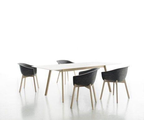 Sprasowany filc oraz lite drewno dębowe - krzesło chairman wykonane z ekologicznych materiałów.