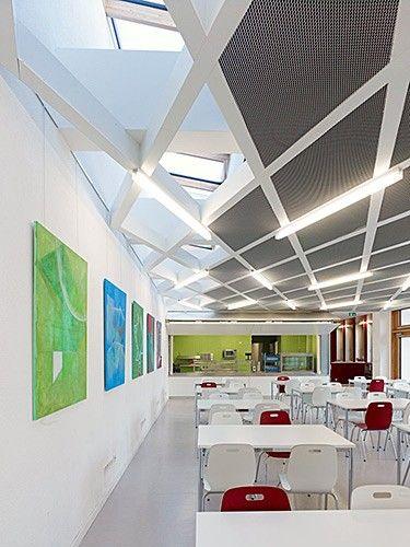 <p>Der Neubau der Mensa mit einem Speisesaal mit 60 Sitzplätzen ist ausgelegt für eine Ausgabe von ca.180 Essen pro Mahlzeit. In dem Bauvolumen sind außerdem alle dienenden Neben- und Technikräume untergebracht. Das Gebäude wurde durchgehend nach Passivhausstandard geplant.</p><p>Das Areal der Louise von Rothschild Schule liegt in einem gründerzeitlich geprägten innerstädtischen Quartier in Frankfurt an Main. Das Grundstück ist an drei Seiten von Straßen gefasst und nahezu umlaufend von…