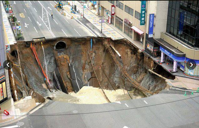 JAPÓN-Un deslizamiento de tierra se abrió debajo de una carretera principal en el centro de Fukuoka en la mañana de ayer martes 07 de noviembre de 2016