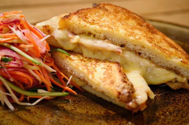 Dit is een Amerikaanse croque monsieur die je bakt zoals verloren brood. Je serveert er een zoetzure koolsalade bij. Door de marinade warm over de groenten te gieten, garen ze een beetje maar blijven ze lekker krokant.