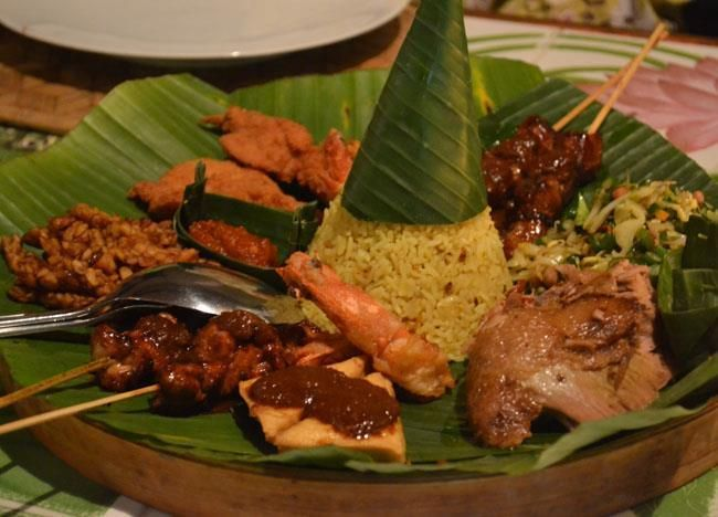 Mini indonesian rijsttafel at Cafe Lotus Restaurant in Ubud. Balinese food, Best eating and best restaurants in Ubud, Bali, Indonesia, Southeast Asia. Check for full description and list of favourites here: http://live-less-ordinary.com/southeast-asia-food/best-restaurants-in-ubud-centre