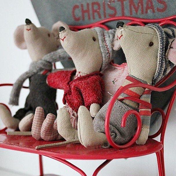 Милые мышата утеплились, нарядились и уютно расположились на скамеечке в ожидании волшебного праздника Нового года!  Эти малыши точно станут самым прекрасным рождественским сувениром, а красная скамейка отлично впишется в новогодний интерьер, можно поставить около елочки и посадить на нее заек, мышек или гномиков Пикси из рождественской коллекции #Maileg