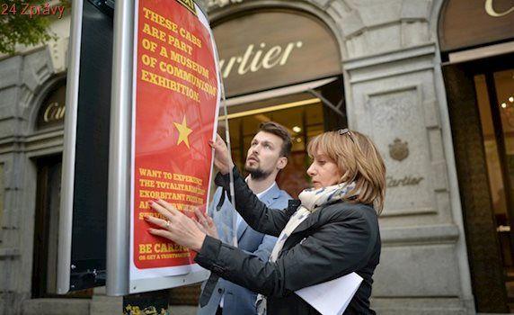 Pozor, muzeum komunismu! Plakáty upozorní turisty na nepoctivé taxikáře